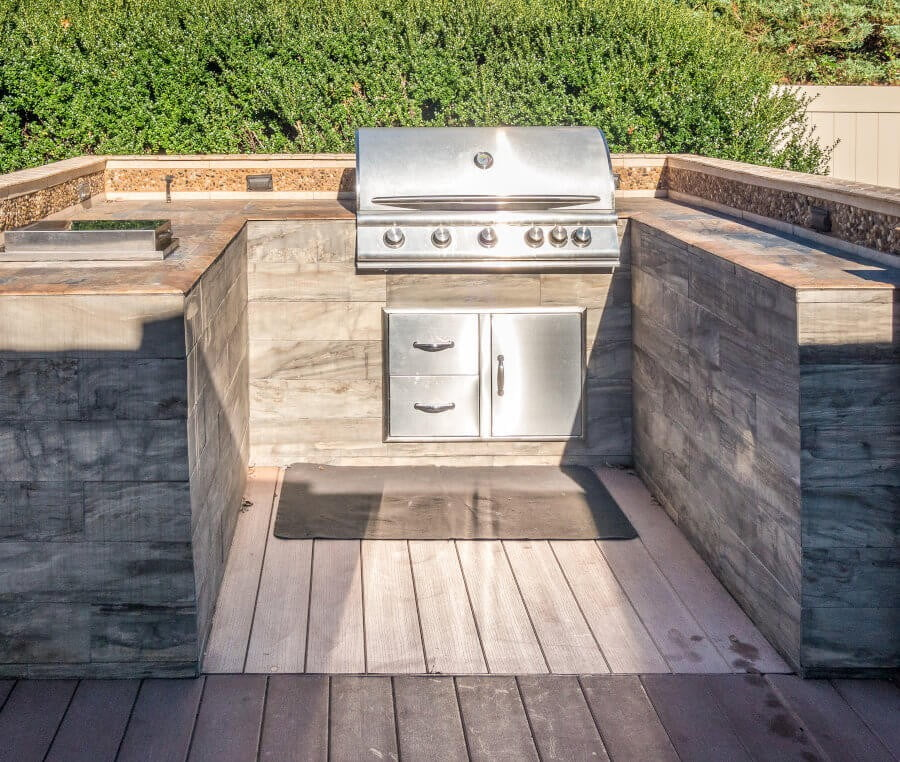 What shape should a simple outdoor kitchen have? There are multiple to choose from. Most common are an island, against the wall, and L'shaped. To learn more on what work in small spaces tap the picture and go to my blog. #Outdoorkitchen