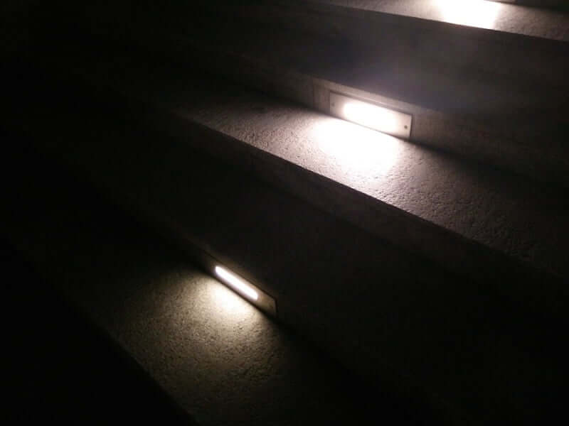 Outdoor kitchen step lighting