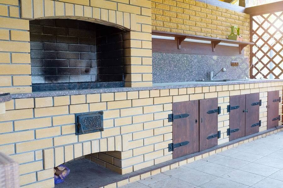A brick is an amazing material to create an outdoor kitchen with. It adds a lot of style, aspecially when house finishes are similar. This is also the material perfect for cold climates. To get to know more tap the pic and go to my blog post on this sucject. #outdoorkitchen