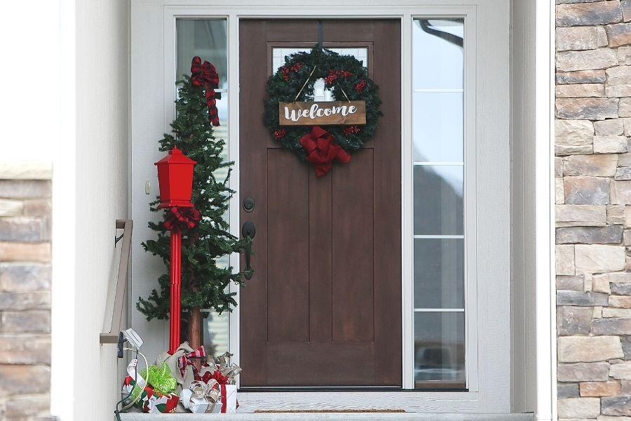 Ideas for Christmas Front Door Decorations  outdoor lamp post