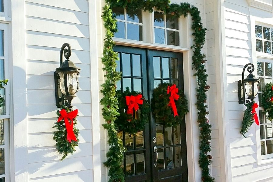 Ideas for Christmas Front Door Decorations  lamp decor