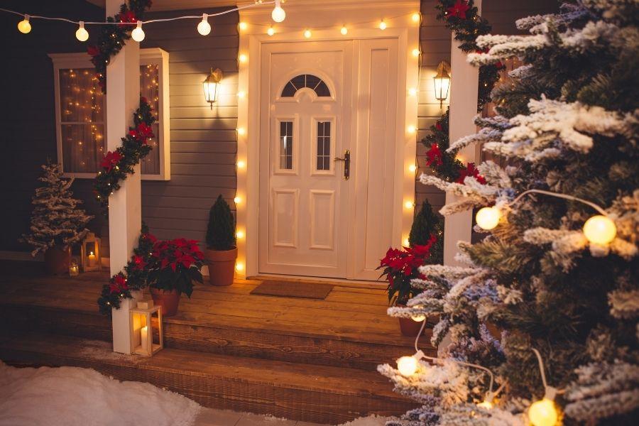 Ideas for Christmas Front Door Decorations lanterns string lights poissentias