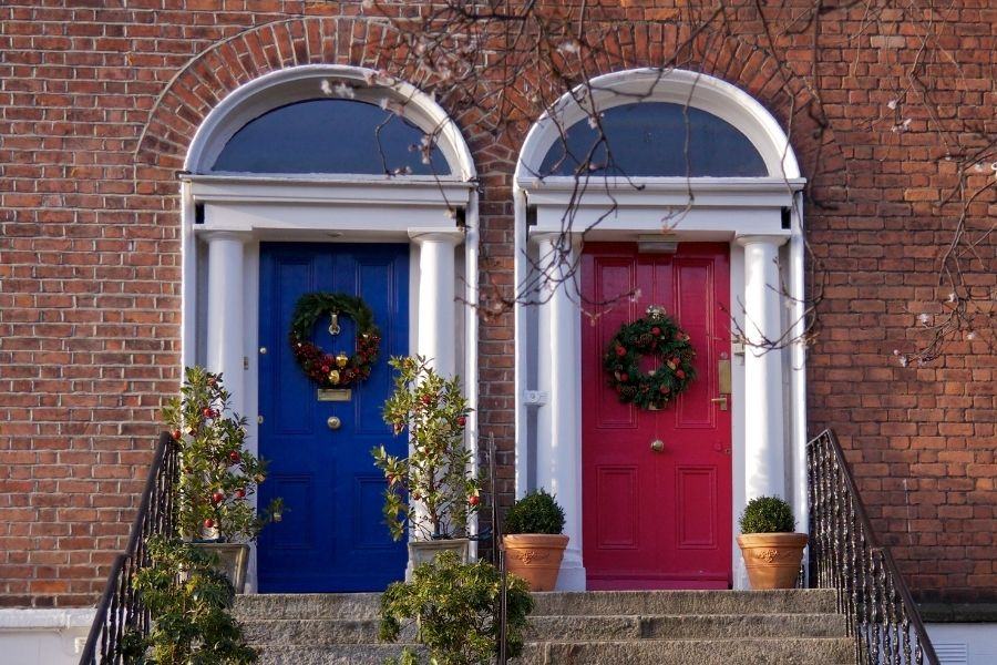 Ideas for Christmas Front Door Decorations apple Christmas tree decor in front of the door